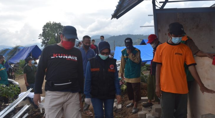 Foto: Bupati Indah Tinjau Pembangunan Mushola di Posko Pengungsian