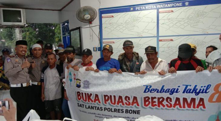 Satlantas Polres Bone Santuni 50 Tukang Becak