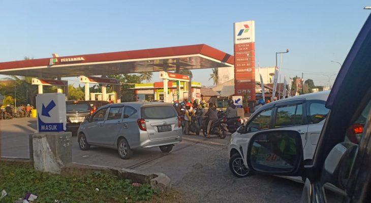 Antrean BBM di Palopo Meluber ke Jalan Trans Sulawesi