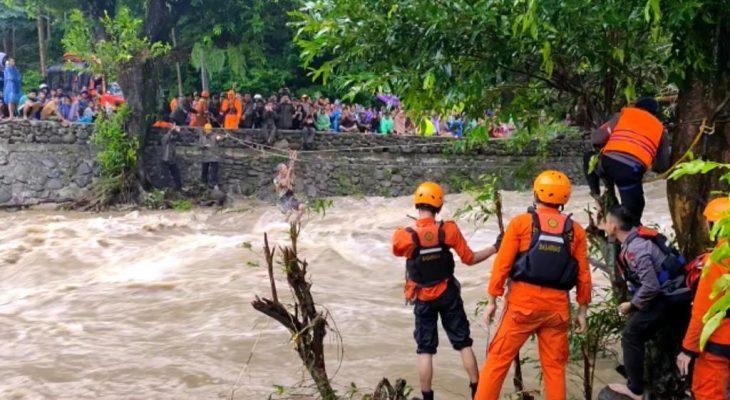 Ngeri, Begini Aksi Menantang Maut Personel Brimob Saat Evakuasi Warga Terjebak Banjir