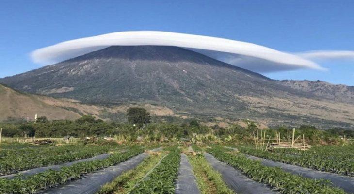 Fenomena 'Topi Awan' di Gunung Rinjani, Lombok