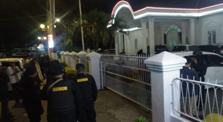Hingga Pukul 00, Polisi Masih Geledah Rujab Wabup Bone