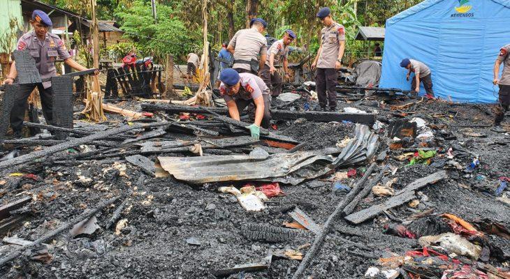 FOTO: Personil Brimob dan Warga Bersihkan Puing-puing Kebakaran di Bone
