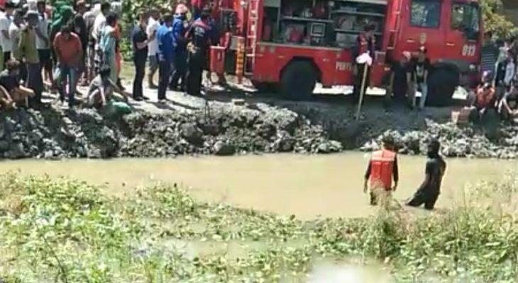 Truk Terperosok di Cempa, Jadi Tontonan Warga