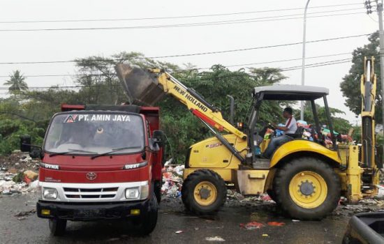 Angkut Tumpukan Sampah di TPS Liar, Kontraktor di Bone Ini Kerahkan Truk