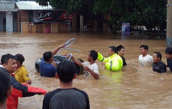 Evakusi Warga, Kapolres Gowa Terjun Langsung di Lokasi Banjir
