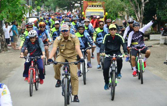 Bupati Arak Piala Adipura Naik Sepeda