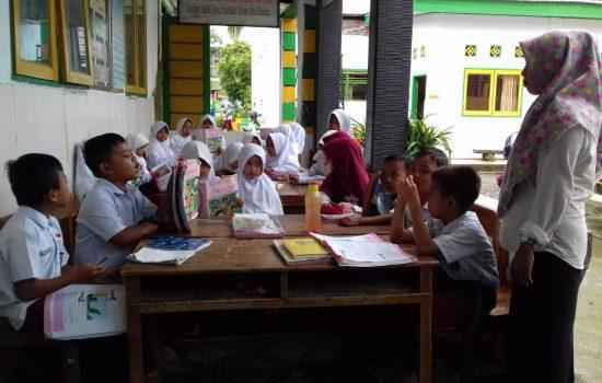 Menyedihkan, Murid di Bone Belajar di Emperan Dapur Sekolah