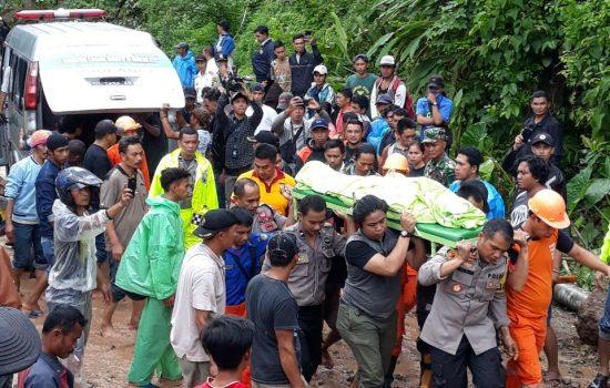 Hari Kedua Evakuasi, Ditemukan Lima Korban Meninggal Dunia di Manuju