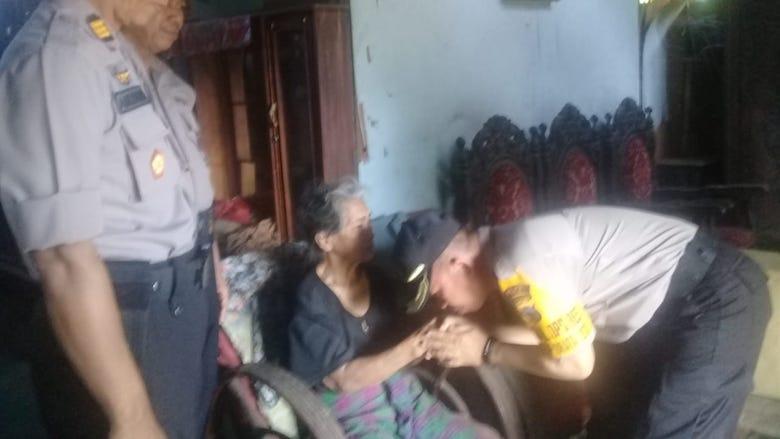 Kompol Amran menyampaikan bantuan ke Nenek Juhe - BONEPOS.COM
