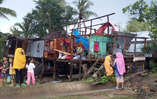 Angin Puting Beliung Akibatkan 15 Rumah Warga Rusak Parah di Bone