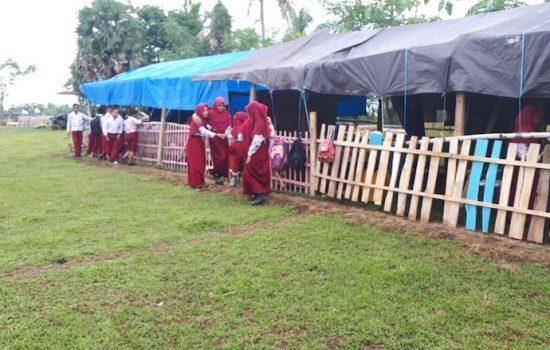 Miris, Siswa MI di Bone Terpaksa Belajar di Tenda Darurat