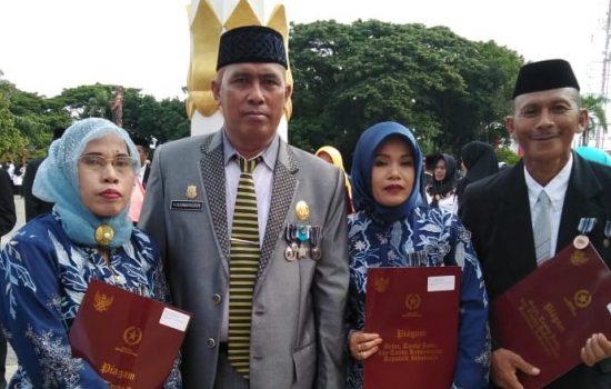 Sebanyak 3 Orang Guru Bakunge Diberi Penghargaan Satya Lencana Karya Satya