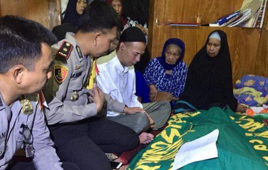 Belasungkawa, Wakapolres Gowa Melayat ke Rumah Duka Korban Laka Lantas di Malino