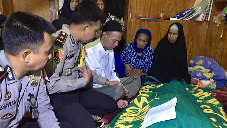 Wakapolres Gowa Kompol Muh. Fajri Mustafa di rumah duka