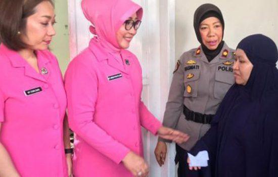 Ibu Bhayangkari Beri Bantuan ke Korban Kebakaran di Manggala
