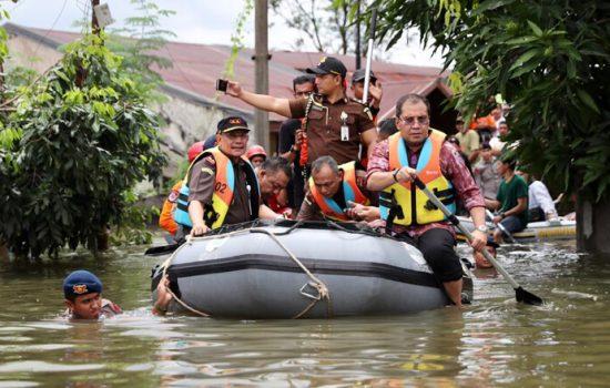 Begini Aksi Heroik Walikota Danny Kunjungi Lokasi Banjir