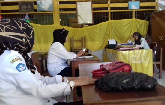Hari Pertama Sekolah, Pengawas Cek Absensi Guru