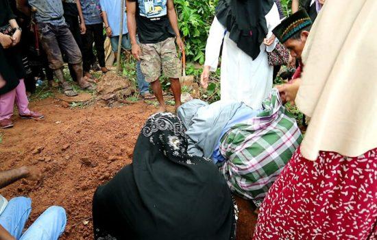 Isak Tangis Warnai Pemakaman Korban Baliho Nahas di Bone