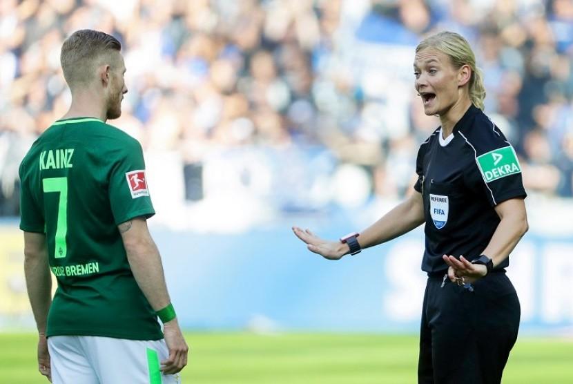 Ilustrasi : Wait Wanita,Bibiana Steinhaus pada Laga Bundesliga