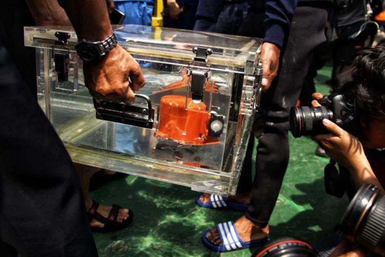 Petugas KNKT membawa Black Box Lion Air JT610 berisi Cockpit Voice Recorder (CVR) pesawat Lion Air bernomor registrasi PK-LQP dengan nomor penerbangan JT 610 yang telah ditemukan oleh Dinas Penyelamatan Bawah Air (Dislambair) Koarmada I di KRI Spica-934 , perairan Tanjung Karawang saat konferensi pers di JICT, pelabuhan Tanjung Priok, Jakarta, Senin (14/1).