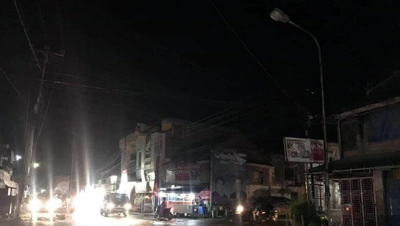 Penerangan lampu jalan di beberapa ruas jalan dalam kota Kabupaten Sidrap, Sulawesi Selatan khususnya dijalan poros seperti Jalan Poros Sidrap Enrekang, banyak yang tak menyala. (BONEPOS.COM - JAMALUDDIN).