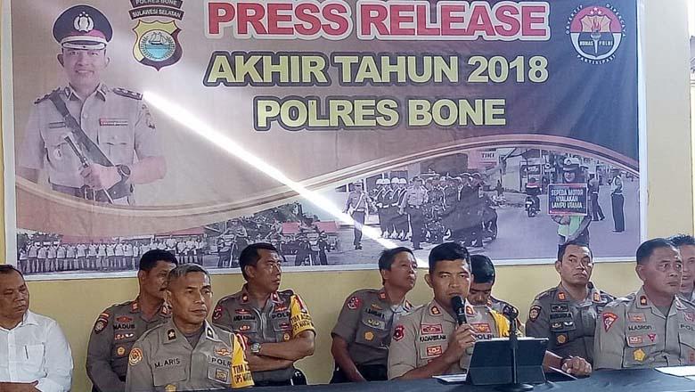 Kapolres Bone AKBP Muhammad Kadarislam Kasim saat melakukan konfrensi pers di Halaman mapolres Bone Jalan Yos Sudarso Watampone, Senin 31 Desember 2018 kemarin. (BONEPOS.COM - ILHAM ISKANDAR).