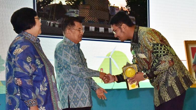 Penghargaan berupa piala ini diserahkan langsung oleh Wakil Presiden RI, Jusuf Kalla (JK) kepada Bupati Sinjai Andi Seto Gadhista Asapa di Auditorium Dr Soedjarwo, Gedung Manggala Wanabakti, Jalan Gatot Subroto Jakarta Pusat, Senin 14 Januari 2019, siang. (BONEPOS.COM - IST).