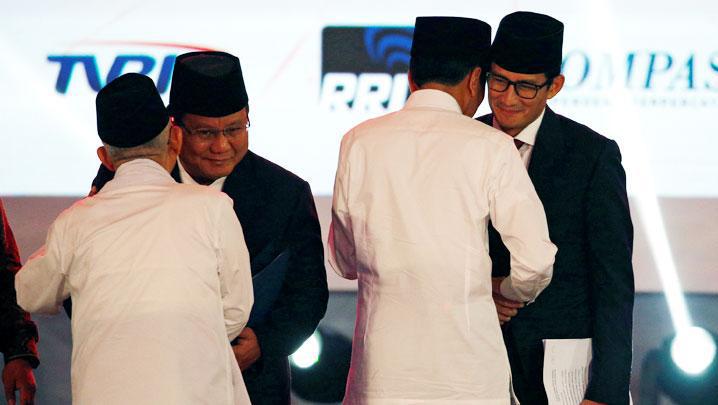 Pasangan calon Presiden Jokowi-Ma'Ruf Amin dan Prabowo-Sandi saling bersalaman usai mengikuti debat Capres-Cawapres beberapa waktu lalu. (BONEPOS.COM - INT).