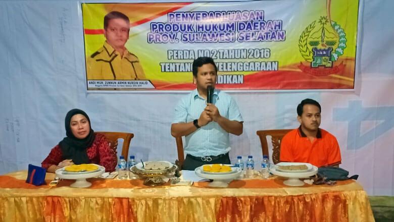 Legislator DPRD Sulsel, Andi Muhammad Zunnun Nurdin Halid menggelar sosialisasi dan penyebarluasan produk hukum daerah Provinsi Sulawesi Selatan di Kecamatan Amali, Kabupaten Bone, Kamis, 10 Januari 2019 malam. (BONEPOS.COM - HAND OVER).