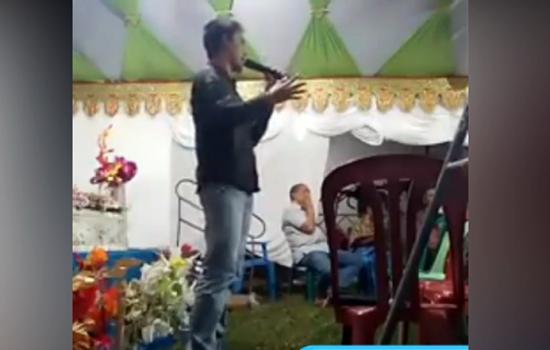 VIDEO: Aksi Jurkam Caleg di Bone Yakinkan Warga Soal Kartu Nama 'Anti Tilang'