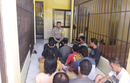 Bhabinkamtibmas Polsek Kindang Bawakan Tausiah Di Ruang Tahanan Polres Bulukumba