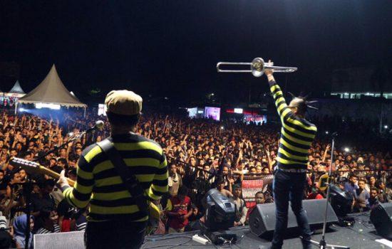 Foto: Tipe-X Bius Ribuan Penonton di Lapangan Persibo Bone