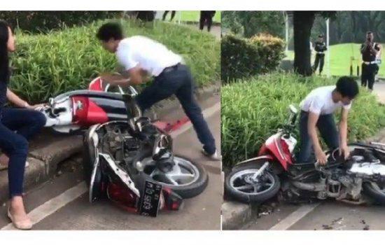 Tak Terima Ditilang, Pria Ini Mengamuk Hancurkan Motornya