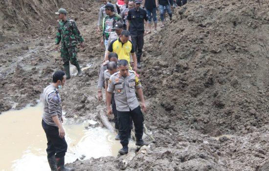 Tembus Desa Mangempang, Kapolres Gowa Tinjau Langsung Area Bencana Alam