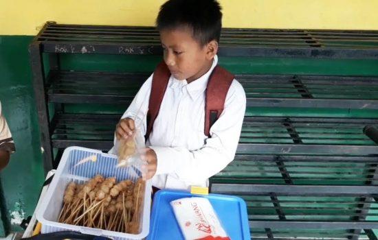 Kisah Anak Yatim Piatu Jualan Cilok Demi Menyambung Sekolah