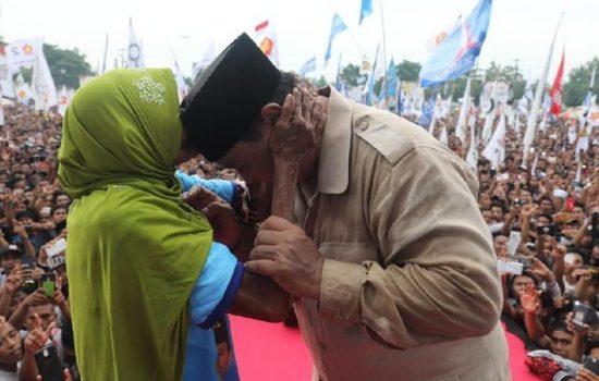 Nenek Cium Prabowo Saat Kampanye di NTB, Dibayar 500 Ribu?