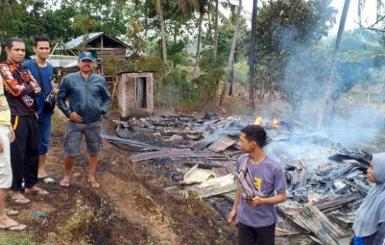 Diduga Arus Pendek, Rumah Panggung di Bone Ludes Terbakar