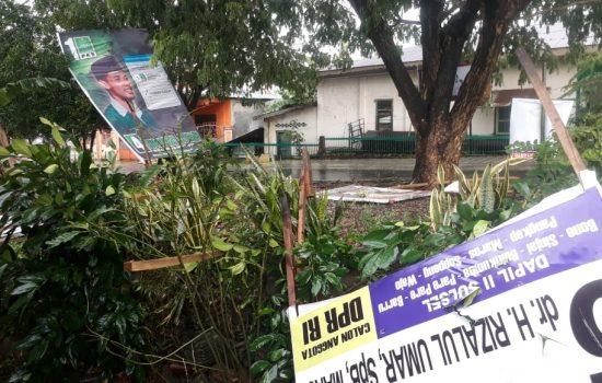 Breaking News: Angin Kencang Terjang Bone, Pohon dan Baliho Caleg Tumbang