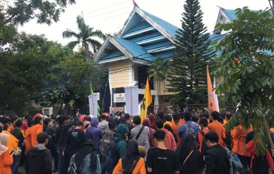 Ratusan Mahasiswa UNM Serbu Bawaslu Kota Makassar, Ada Apa ?