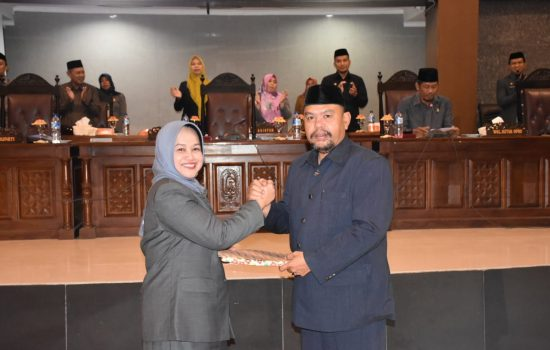 Ketua DPRD Abdul Haris Umar Serahkan Dua Ranperda ke Wakil Bupati Sinjai