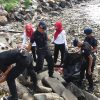 Bhayangkari Ranting Batalyon C Bersihkan Sampah Plastik di Bibir Pantai