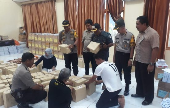 Jelang Pemilu, Kapolres AKBP Sebpril Sesa Pantau Gudang Logistik KPUD Sinjai