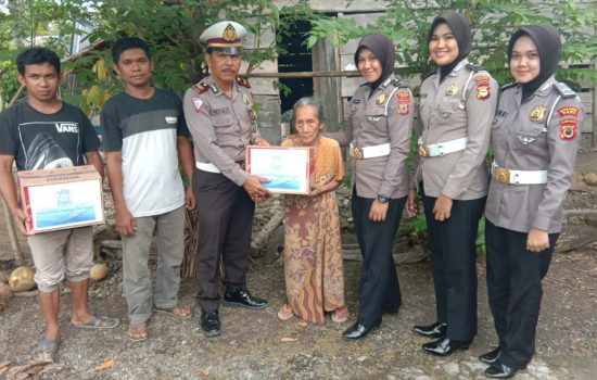 Polantas Polres Bone Peduli Sesama Serahkan Bantuan Kepada Nenek Dadda