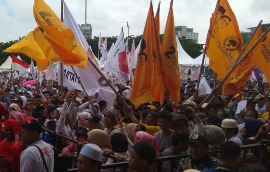 Bendera Golkar Berkibar di Kampanye Akbar Prabowo di Makassar