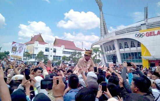 Puluhan Ribu Warga Pekanbaru Tumpah Ruah Sambut Prabowo
