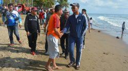Akhir Pekan, Bupati Sinjai Pungut Sampah di Pantai