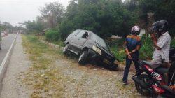 Hindari Motor, Mobil Terjun ke Selokan, Bagaimana Korbannya