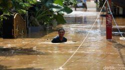 Banjir Jakarta Semakin Parah, Kakek 90 Tahun Dievakuasi