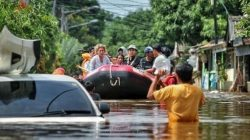 5 Aksi Seleb Bantu Korban Banjir Bikin Salut